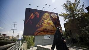 Une Téhéranaise devant une affiche du film «Mahomet »