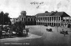 L'administration de police, place Toopkhaneh, au début du XXe siècle.