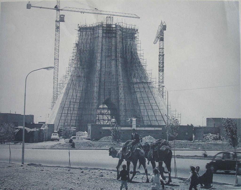 La tour Shâyâd en cours de construction vers 1970.