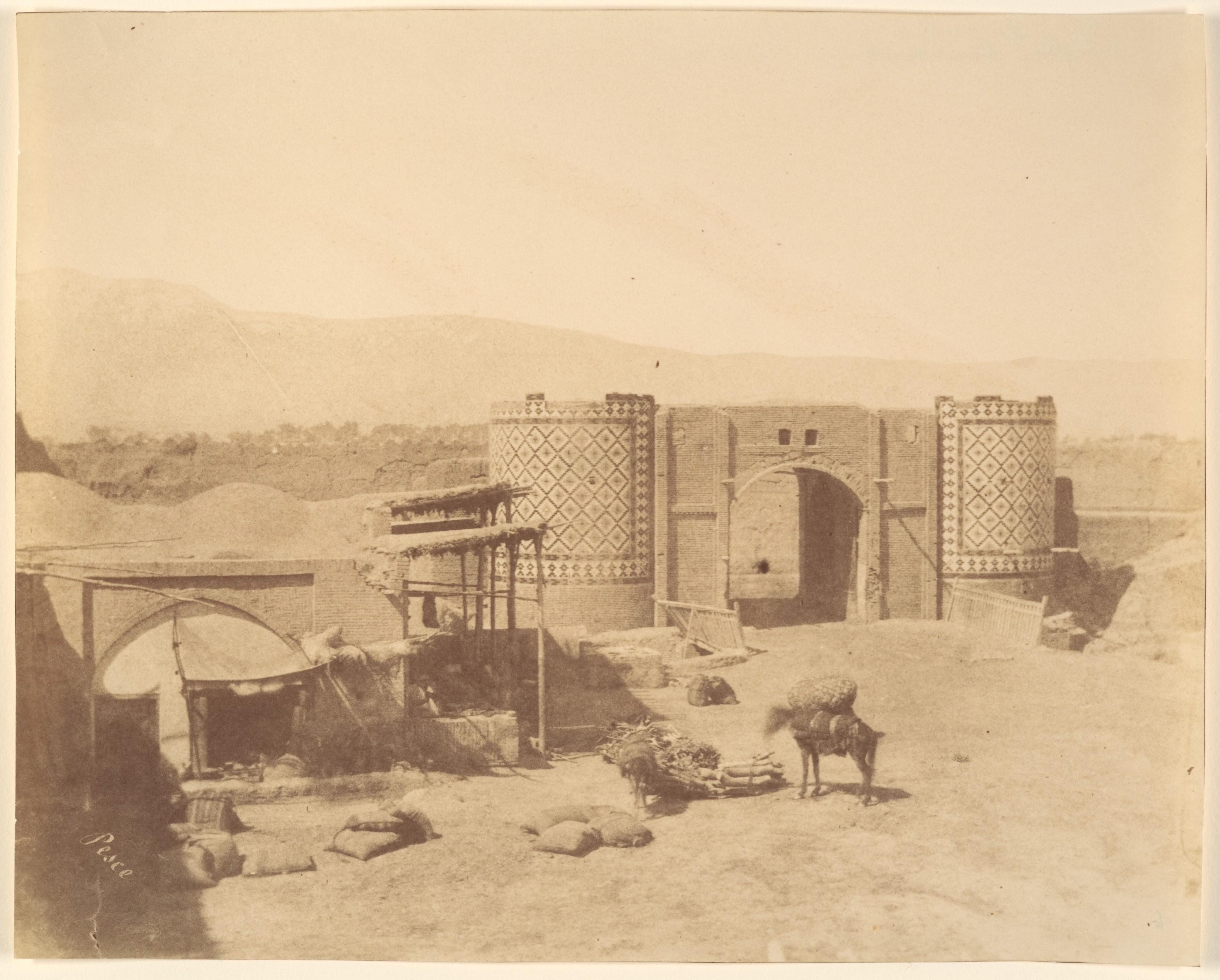 Derwazèh-i-no, la porte Neuve ou porte du Gouvernement. Photo prise entre 1840 et 1870, par Luigi Pesce (1818–1891).