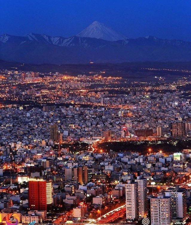 Téhéran à la tombée de la nuit. En arrière-plan, le Damâvand.