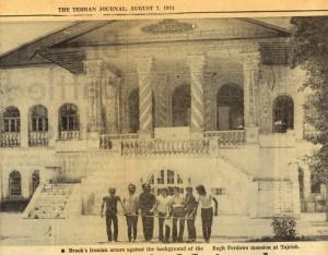 Les acteurs iraniens de Brook devant le manoir Bagh Ferdowsi à Tajrish (1971).