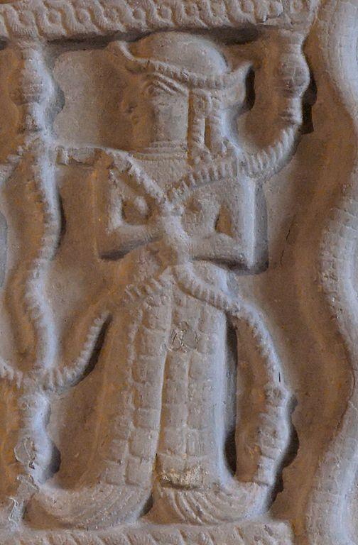 Stèle d'Untaš Napiriša, roi d'Anšan et de Suse. Grès, vers 1340–1300 av. J.-C., apporté de Tchoga Zanbil à Suse au XIIe siècle av. J.-C. (musée du Louvre)