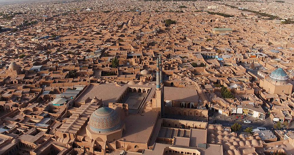 Vue aérienne de Yazd et de la mosquée de Jame.