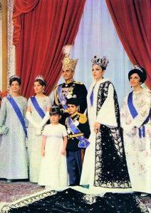 Couronnement du Shah d'Iran en 1967 (photographie officielle). De gauche à droite : la princesse Ashraf, la princesse Shahnaz, le Shah, la princesse Farahnaz et le prince héritier Reza, la reine Farah et la princesse Shams.