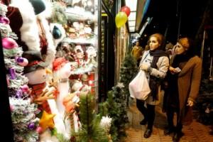 Des Iraniennes regardent les décorations de Noël dans des boutiques de Téhéran, le 24 décembre 2016.